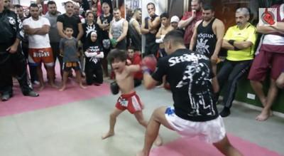 5歲泰拳神童,一腿就把教練打倒在地