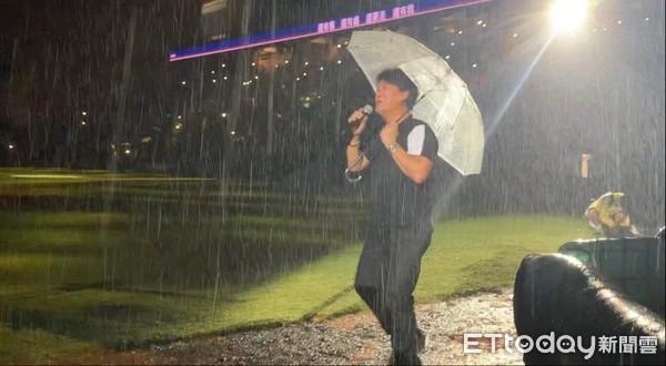 ▲周華健在雨中安可。(圖/記者王真魚攝)