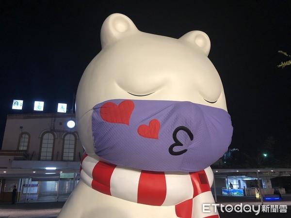 嘉義火車站沉睡大白熊戴上「啾咪口罩」 搶搭七夕情人風