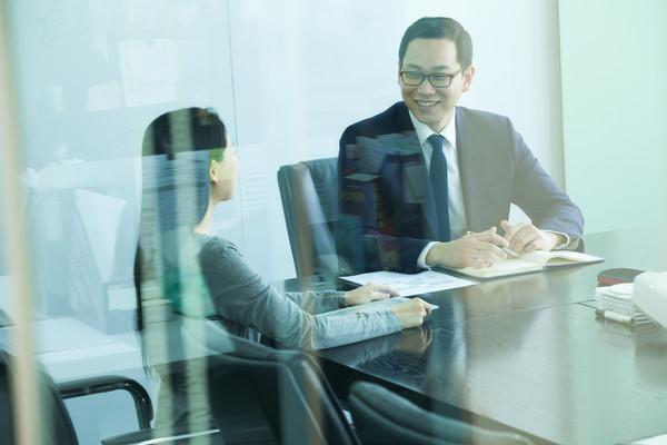 餐廳約會位子選對超重要!專家曝「3桌形」正確坐法…坐對方向好感度UP |