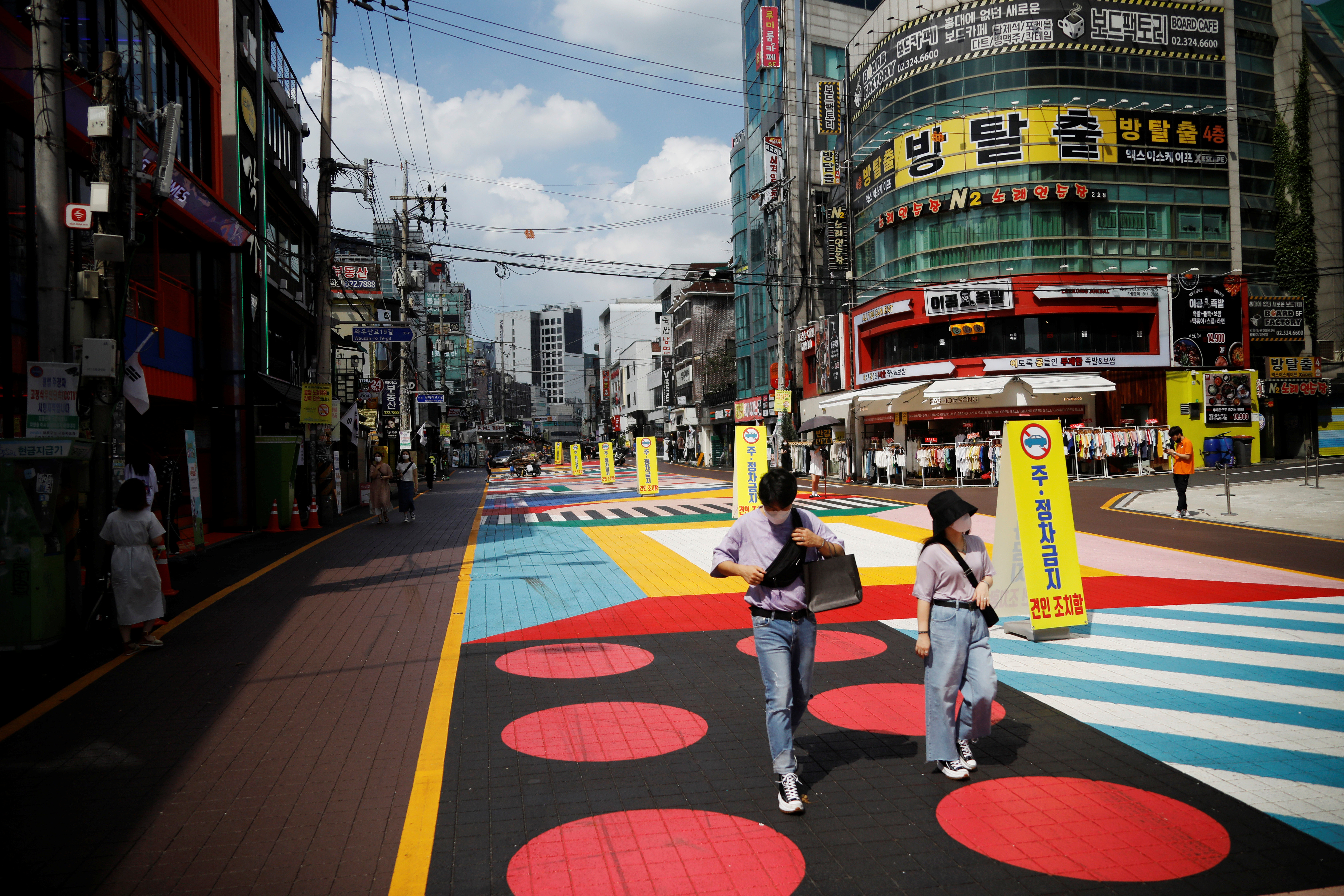 ▲▼南韓首都圈持續傳出群聚感染疫情,首爾商圈顯得空蕩蕩。(圖/路透社)