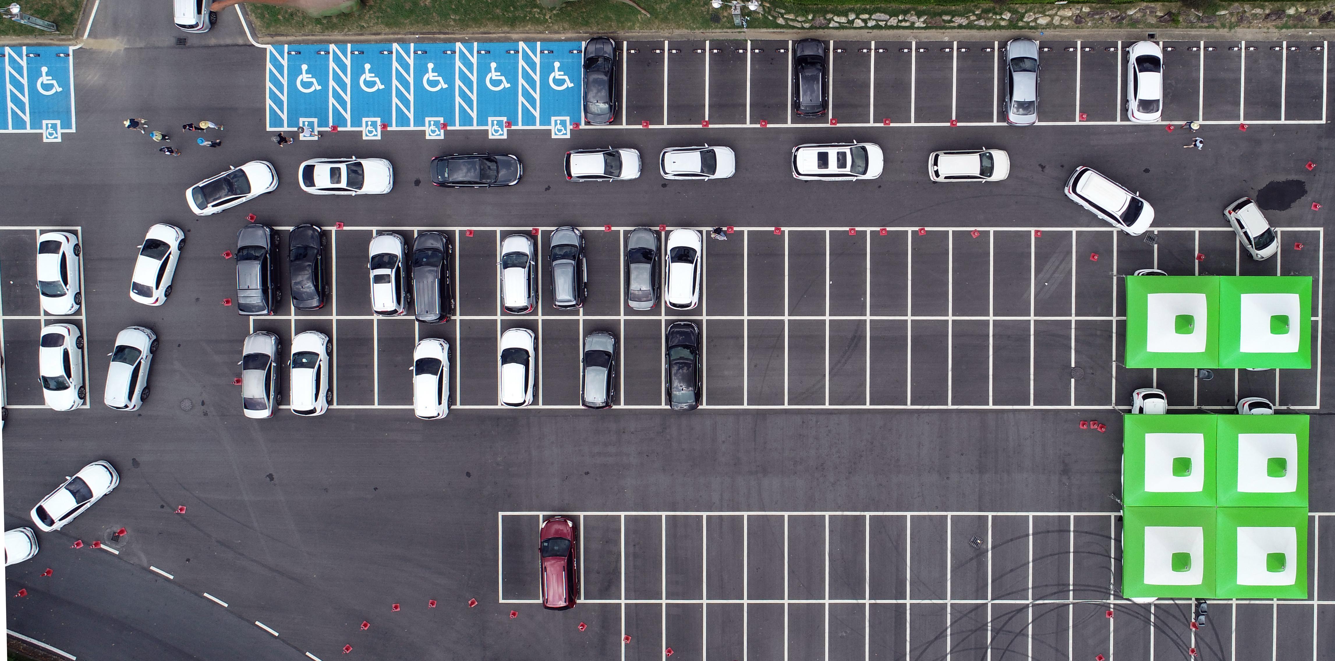 ▲▼南韓全羅南道和順郡,大批學生與教師在車內等待篩檢。(圖/達志影像)