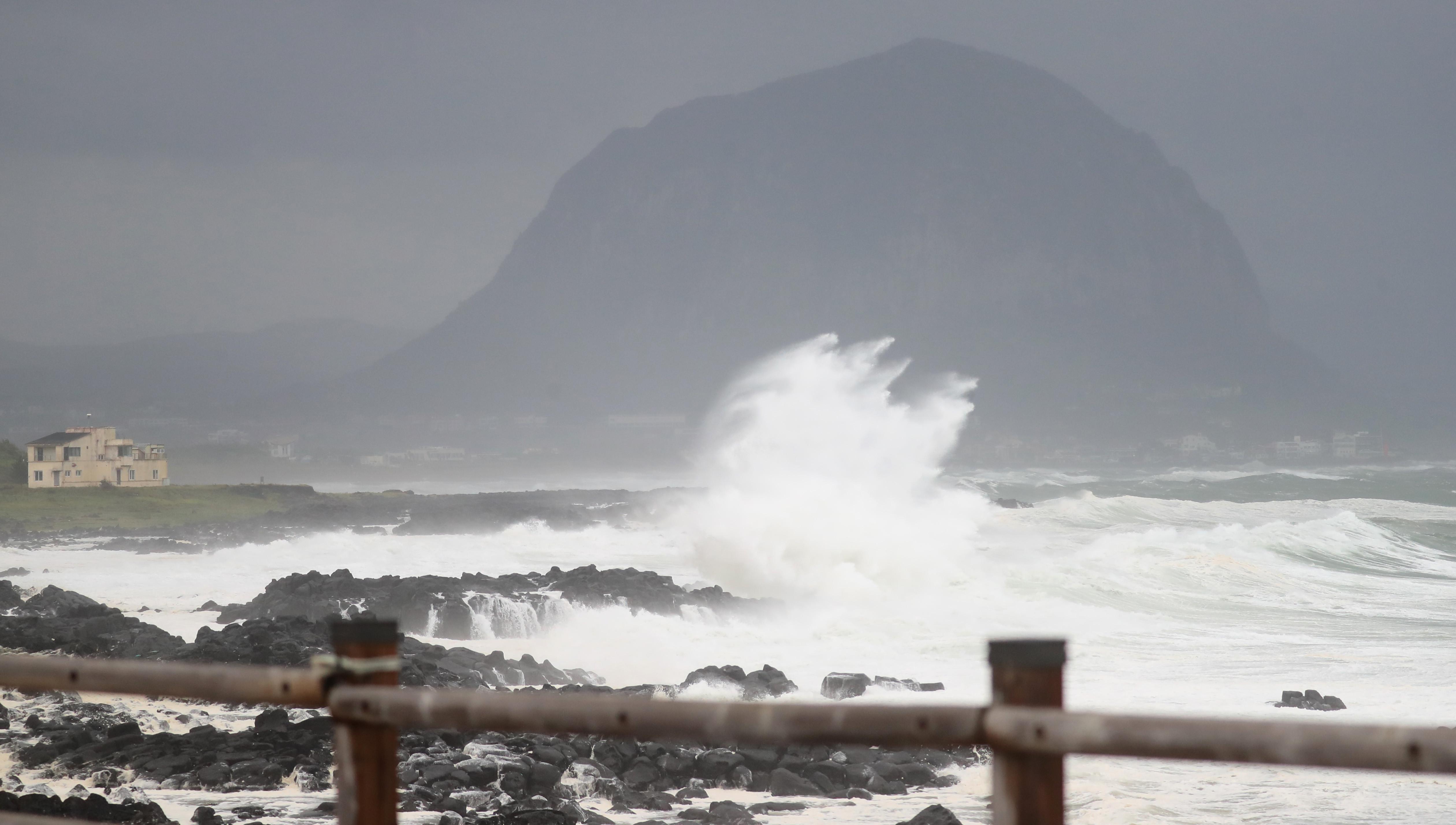 ▲▼颱風巴威強襲,南韓濟州島開始出現災情。(圖/達志影像)