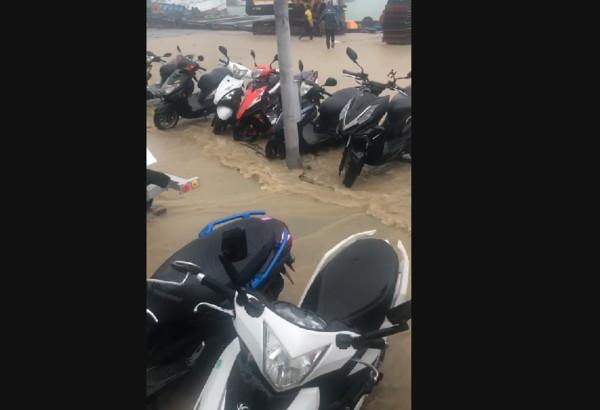 小琉球遭雨彈強襲!黃泥水沿道路傾瀉 住戶傻眼「我家門前有小河」 | ET