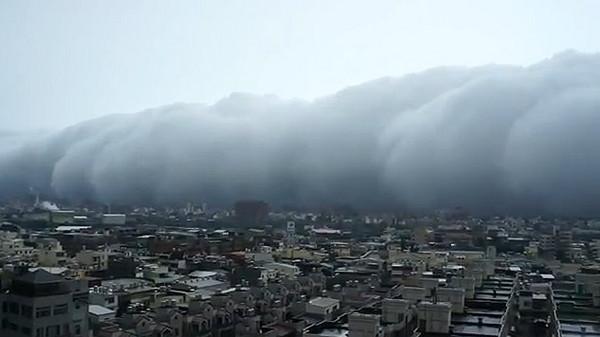 【影】海嘯雲吞食中壢!駭人景象網友呼恐怖 | ETtoday生活 | ETtoday新聞雲