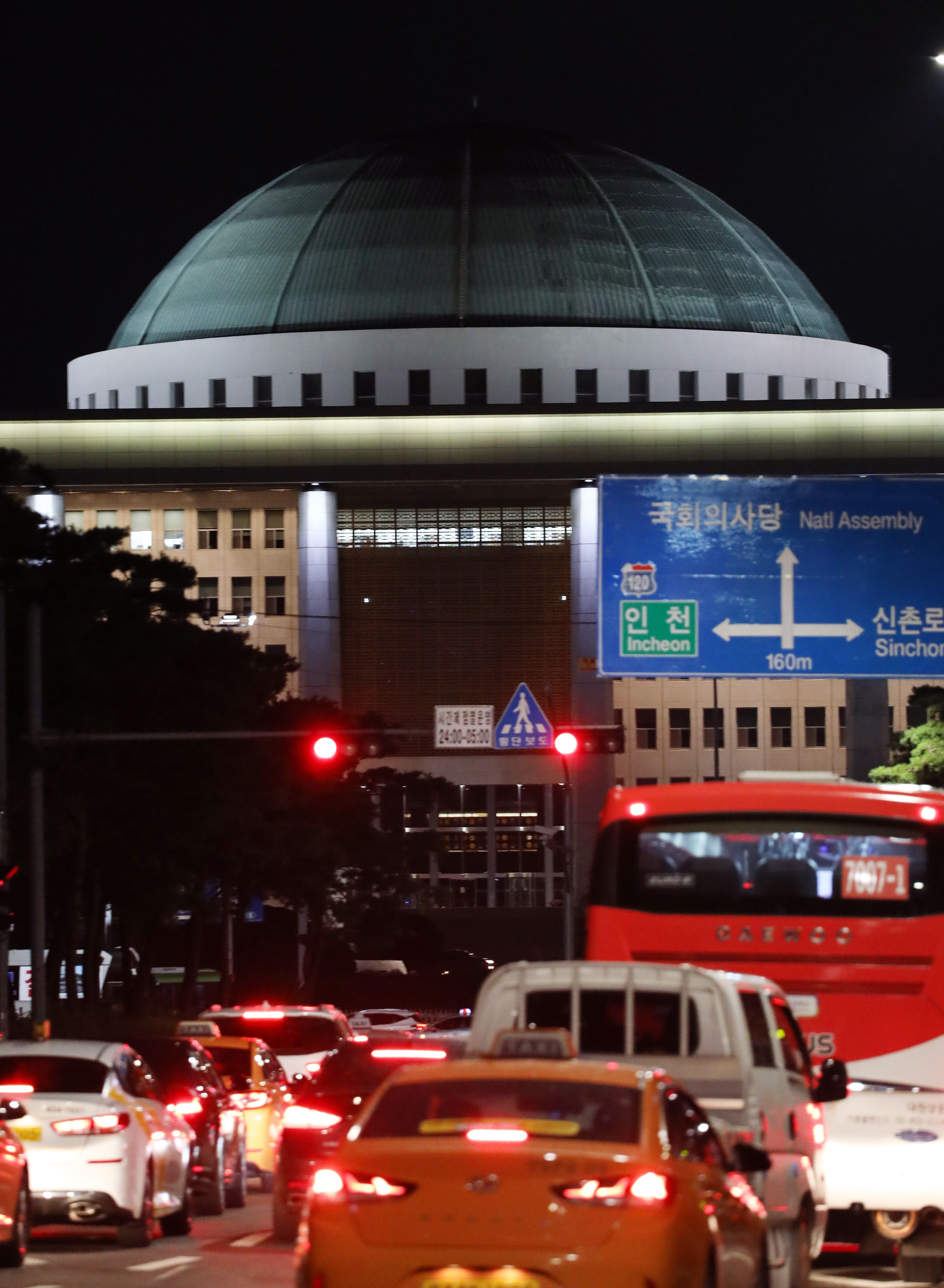 ▲▼採訪記者確診,南韓國會宣告27日關閉。(圖/達志影像)