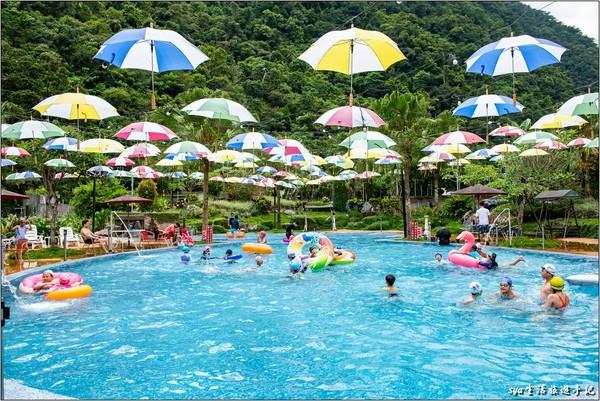 鳳梨大泳池+飛天傘超Q!宜蘭隱藏版豪華露營 還有浪漫煙火秀、免費電影
