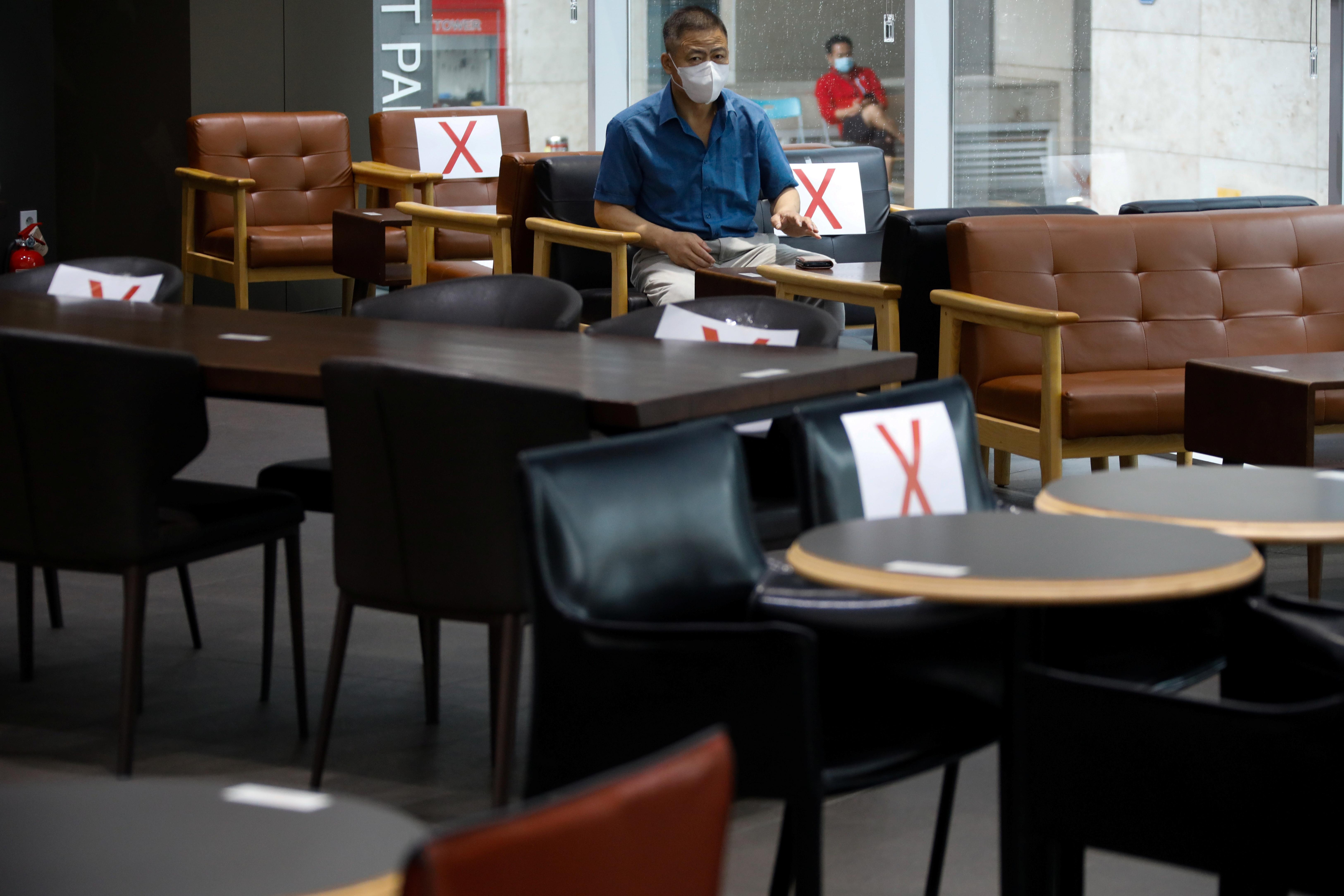 ▲▼南韓首都圈新一波防疫政策,晚上9時後禁止內用。(圖/路透社)