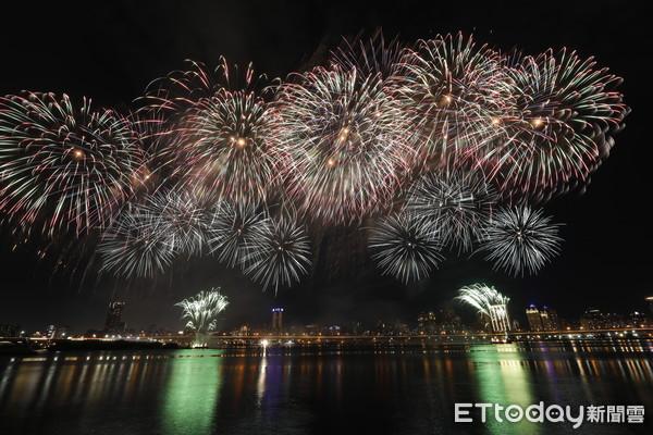 直擊/480秒不間斷照亮夜空 超過8萬人一起看「大稻埕煙火秀」 | ET
