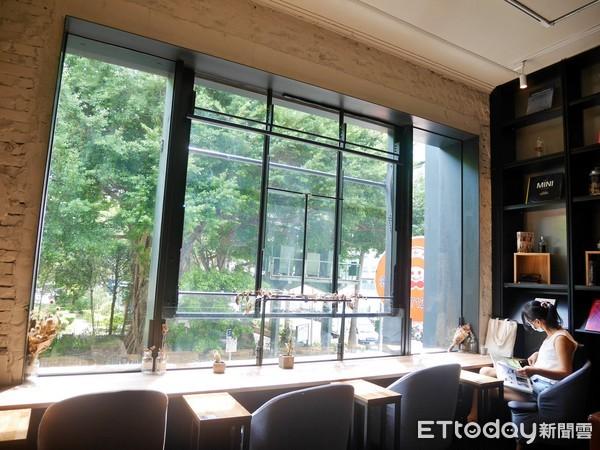 影/綠意中徜徉書海!北市不限時「秘境咖啡廳」透明玻璃地板超美   ETt