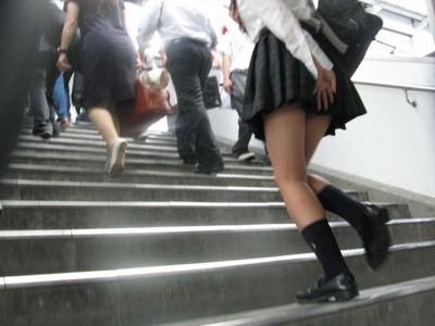 短裙警報!女生要小心 這些地方最易走光