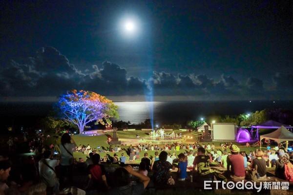 台東晚上最推玩法!坐草地賞月光海音樂會 看海上絕美金色大道