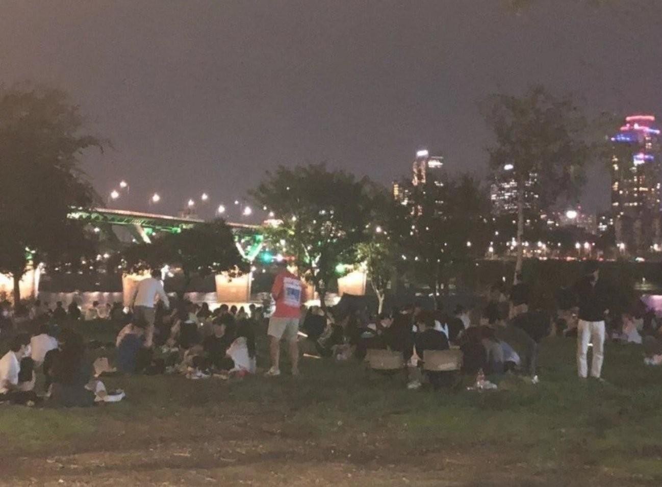 ▲▼南韓實施防疫措施,民眾轉而前往漢江公園聚餐、飲酒。(圖/翻攝自Twitter@Reiligh_photo)