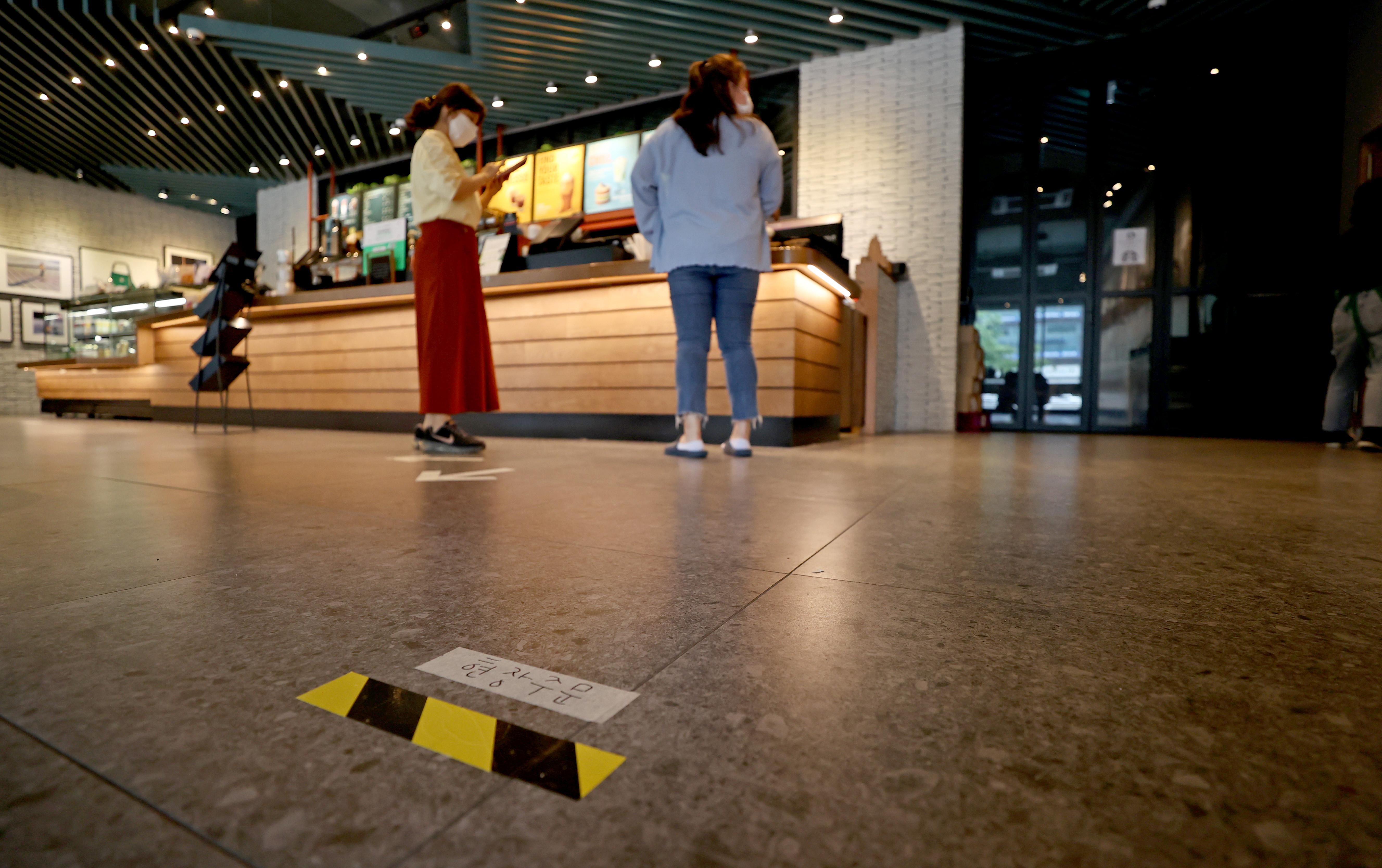 ▲▼前往咖啡廳消費,須在出入名單上登記名字、電話號碼。(圖/達志影像)