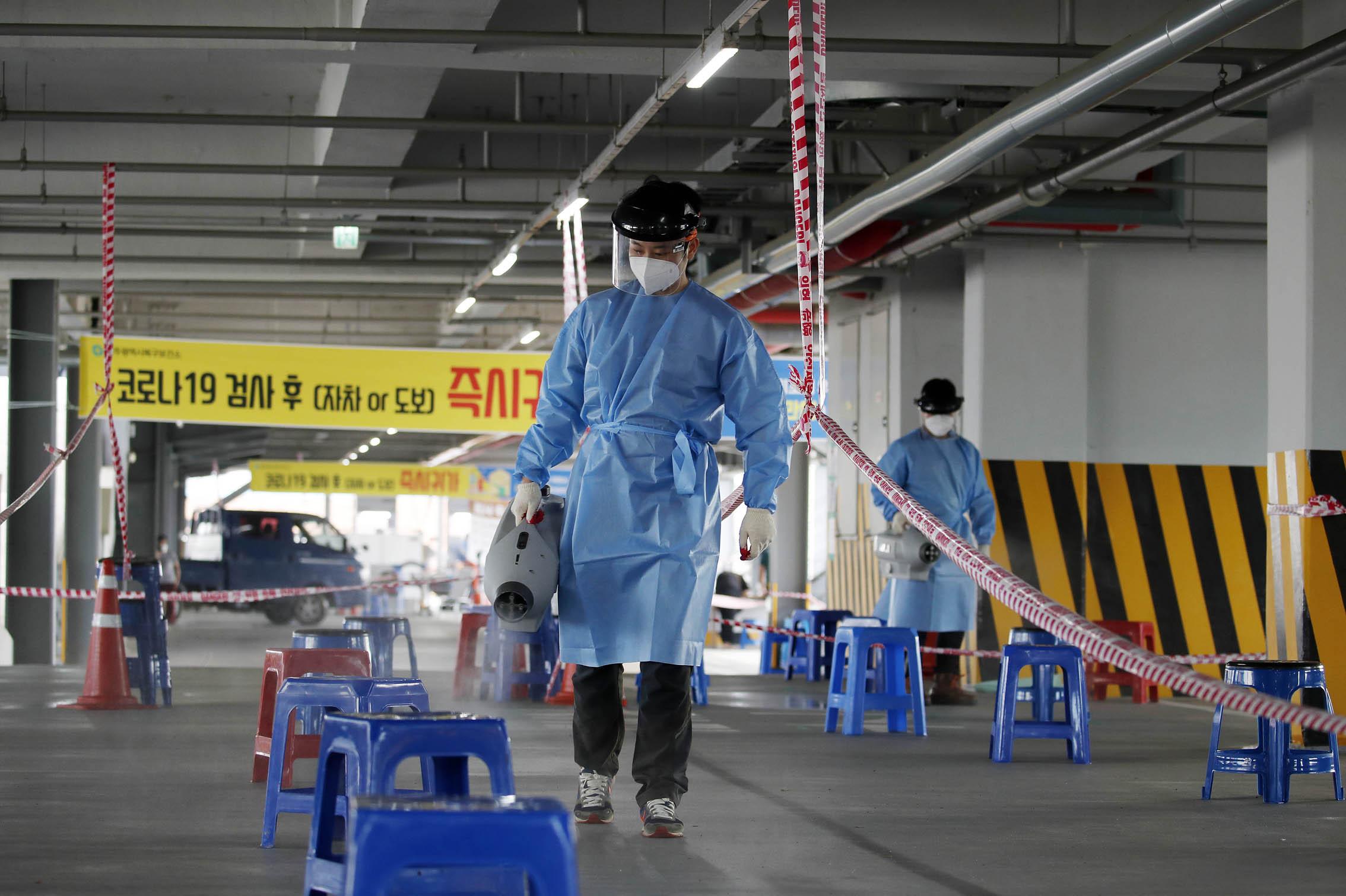 ▲▼光州市臨時診療所人員正進行消毒工作。(圖/達志影像)