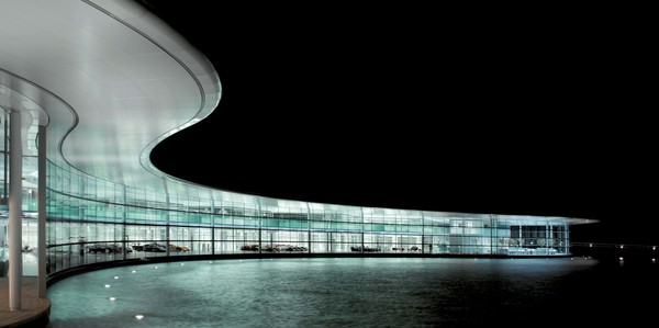 ▲2004年啟用的McLaren Technology Centre。(圖/翻攝Foster + Partners)