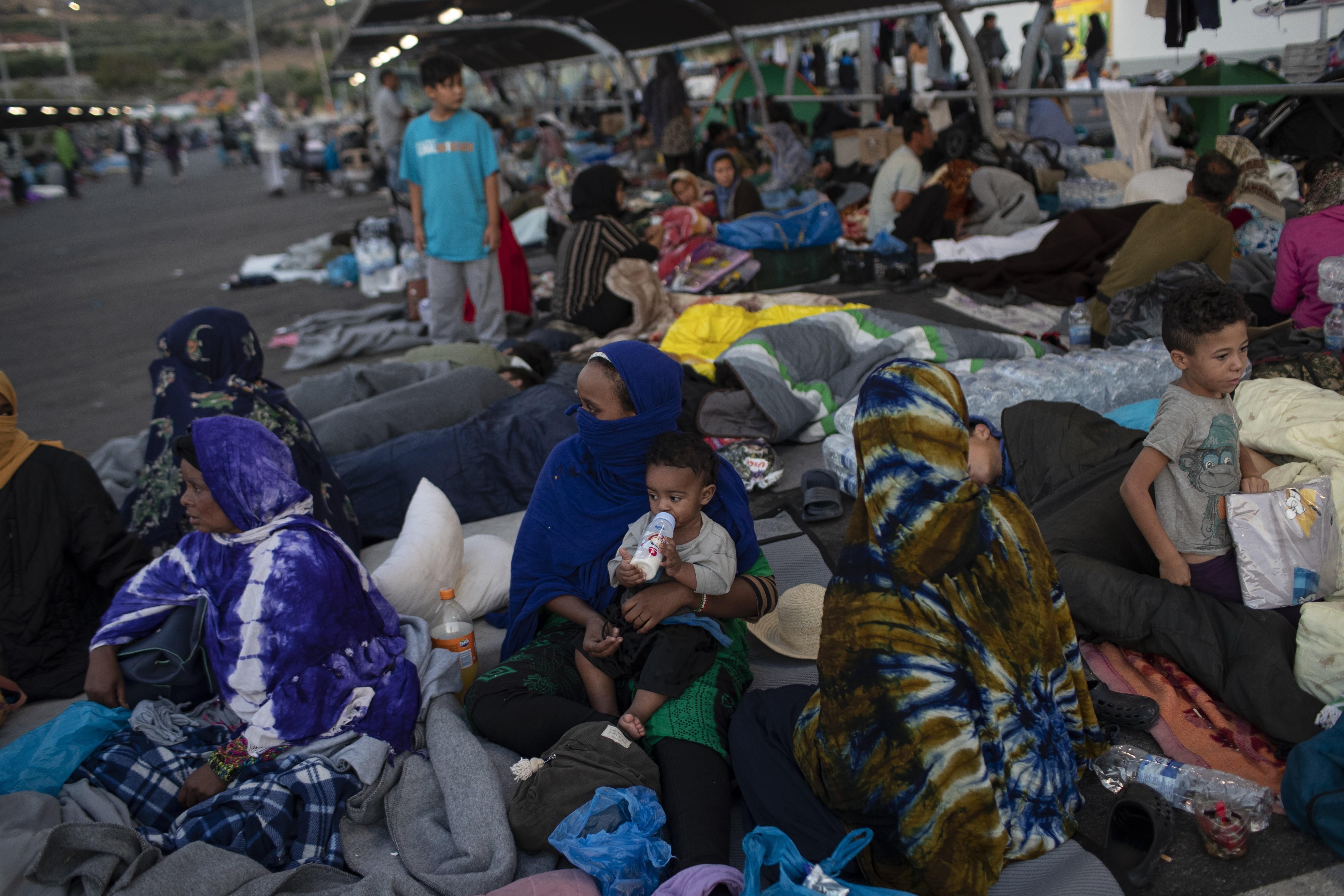 ▲▼希臘列士波斯島難民聚集在超市停車場上,因難民營燒毀而無家可歸。(圖/達志影像/美聯社)