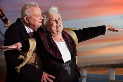 年齡是浮雲 安養院老人翻拍電影月曆