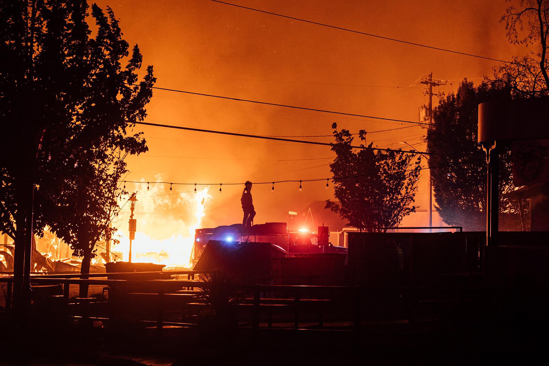▲▼美國西部海岸森林大火,小男孩與愛犬困在車中生亡。(圖/達志影像/美聯社)