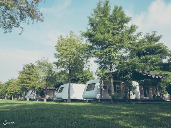 獨享浪漫星空窗!放空ㄟ露營車在宜蘭 翠綠草皮+空靈咖啡廳超美 | ETt