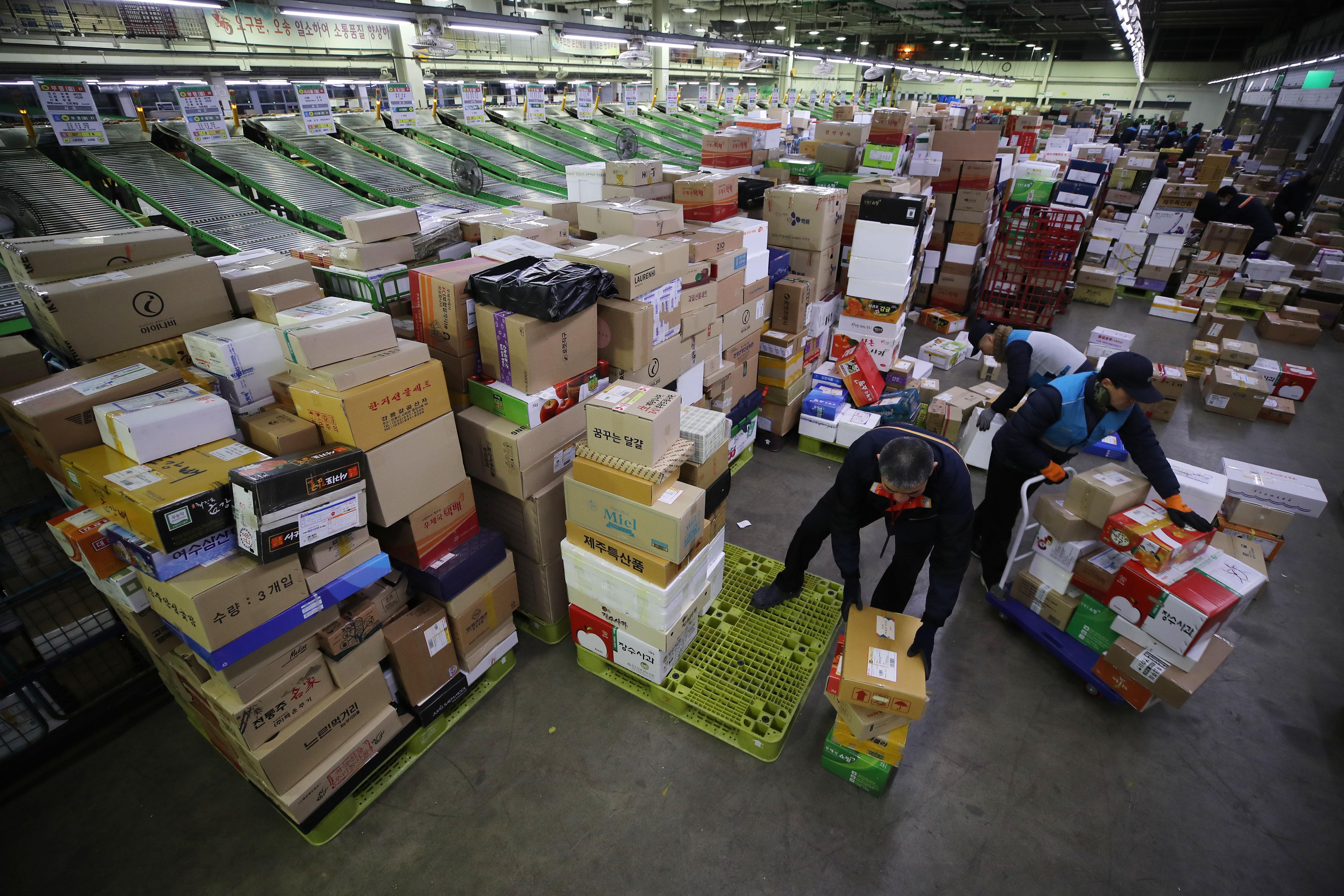 ▲▼首爾宅配業人員正在整理、分類包裹。(圖/達志影像)