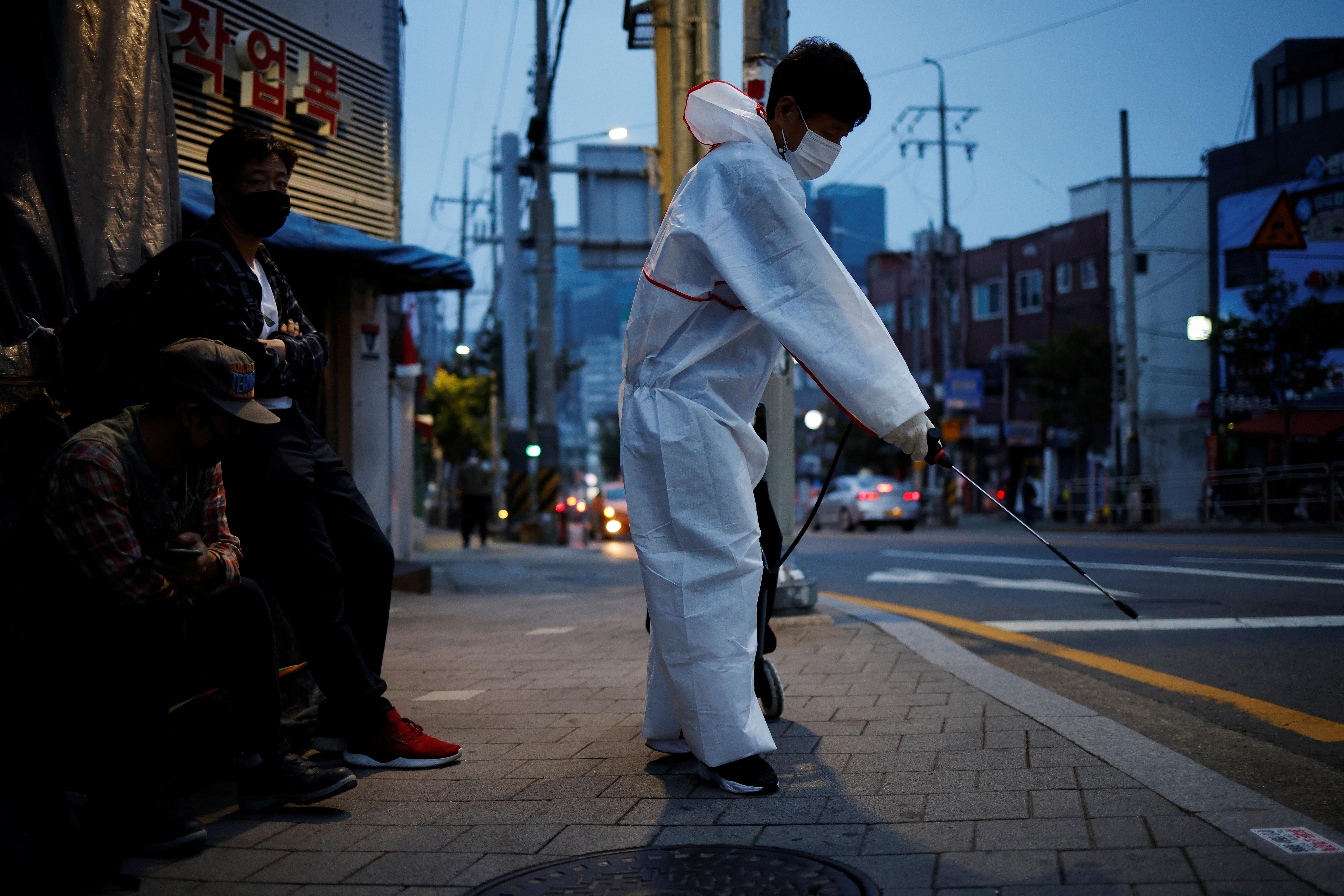 ▲▼防疫人員正在為首爾市街頭消毒。(圖/路透社)