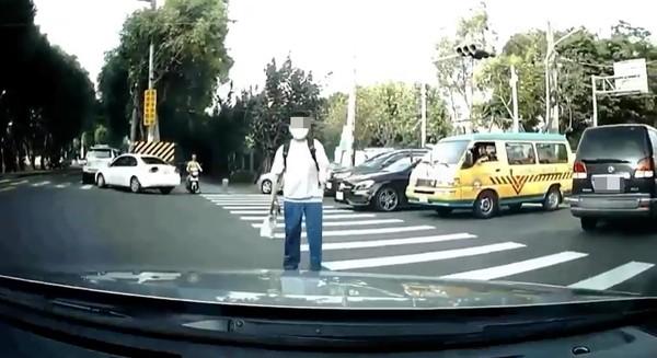 轉彎遇行人禮讓…一轉秒被警攔「違規」!駕駛傻了:他讓我過的欸