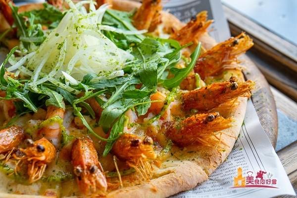 16隻鮮蝦+青醬鋪滿披薩!澎湖邪惡餐館 海鮮沙拉料多酸甜開胃