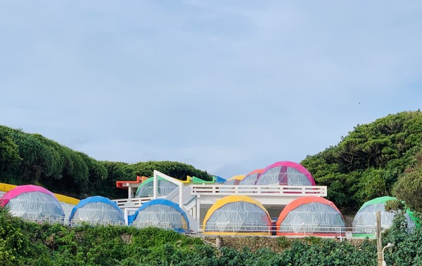 窗外就是藍海!北海岸最新彩色星空帳篷 包3餐每人只要2千有找 | ETt
