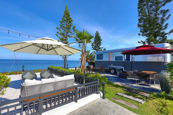 睡在海景第一排!全台能看海的露營車懶人包 窗外就是無邊際藍色海 | ET