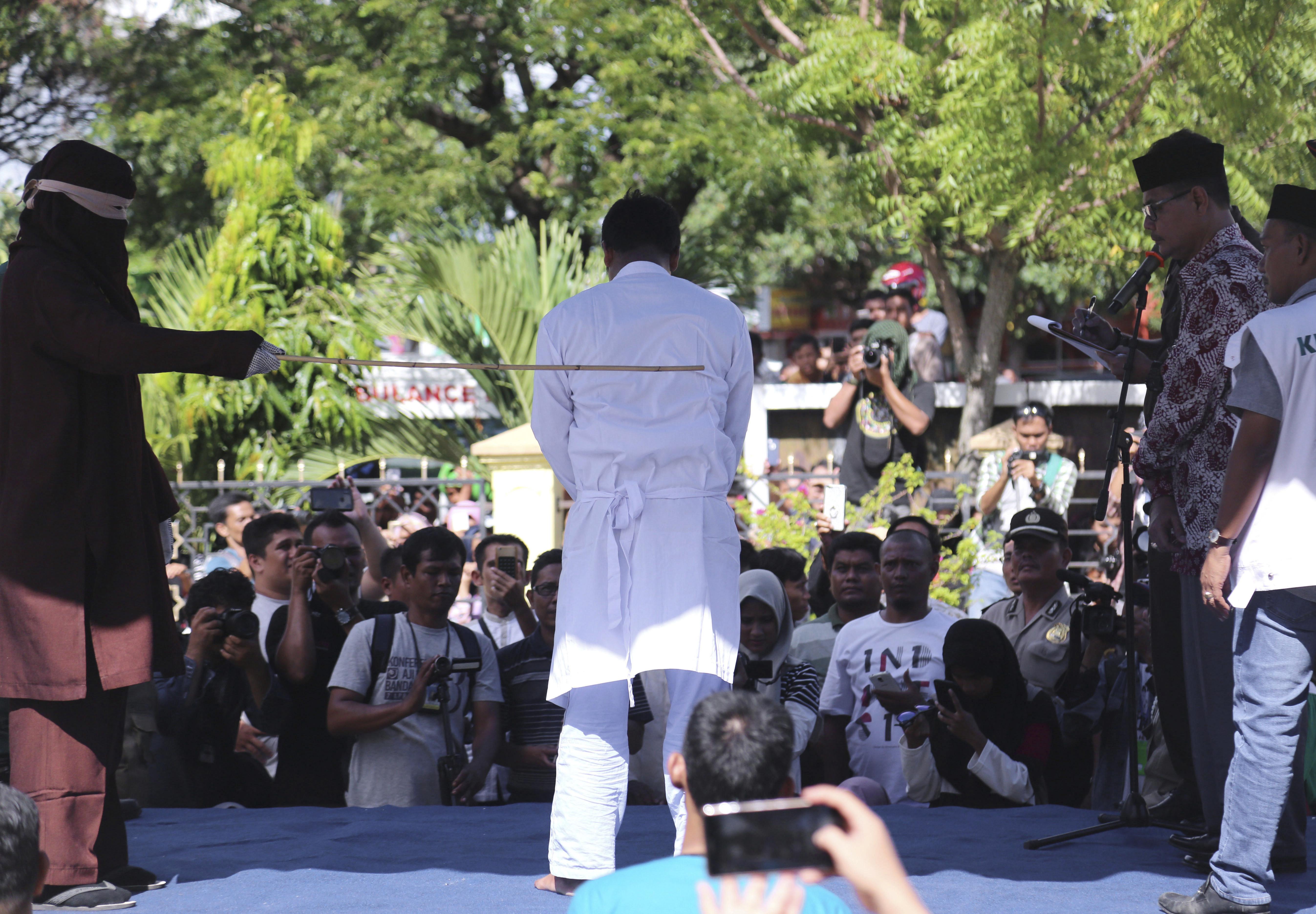 ▲▼ 印尼,鞭刑, 亞齊省。(圖/美聯社)