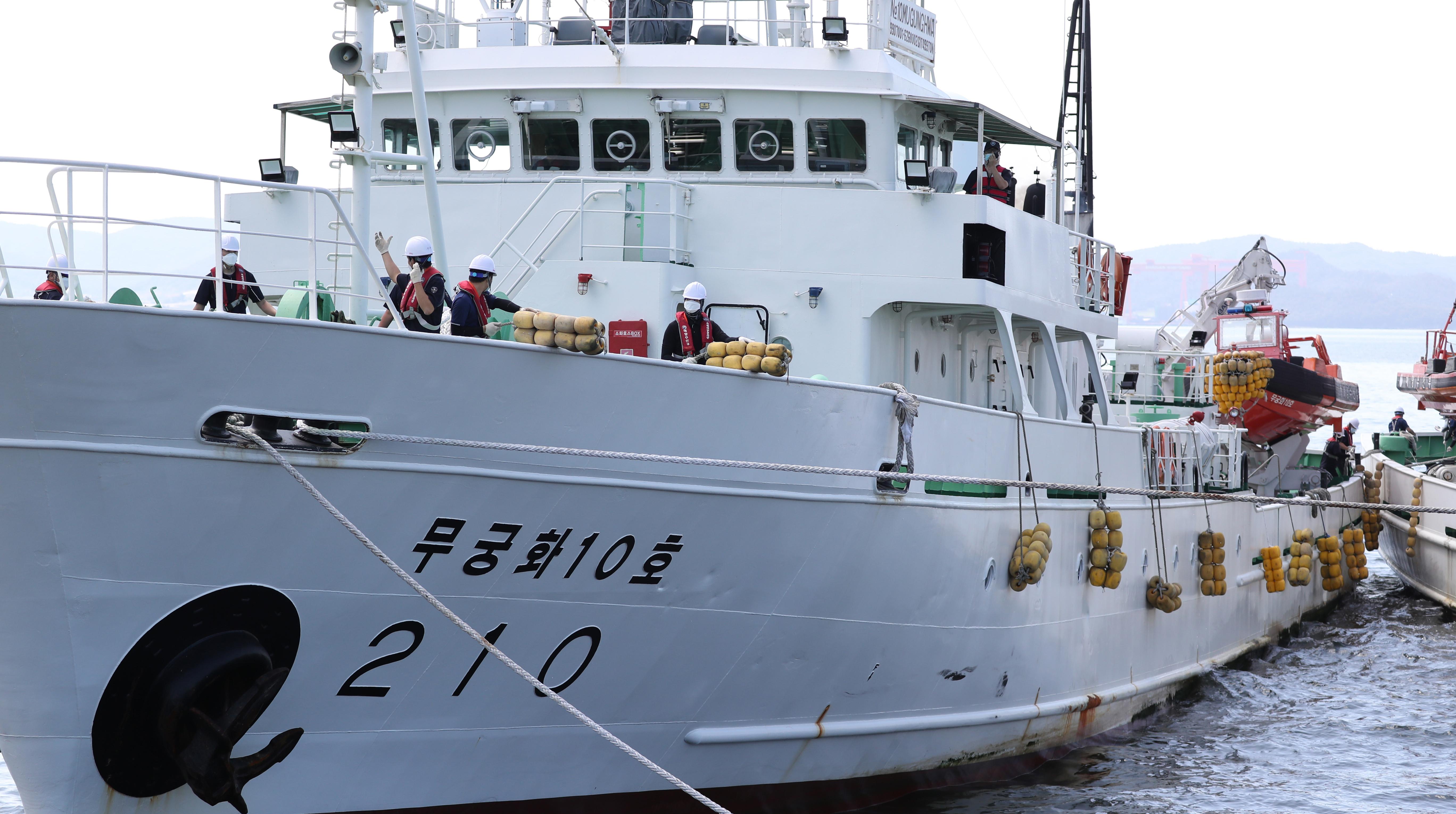 ▲▼李姓公務員所搭乘的「無窮花10號」,27日中午駛回木浦港。(圖/達志影像)