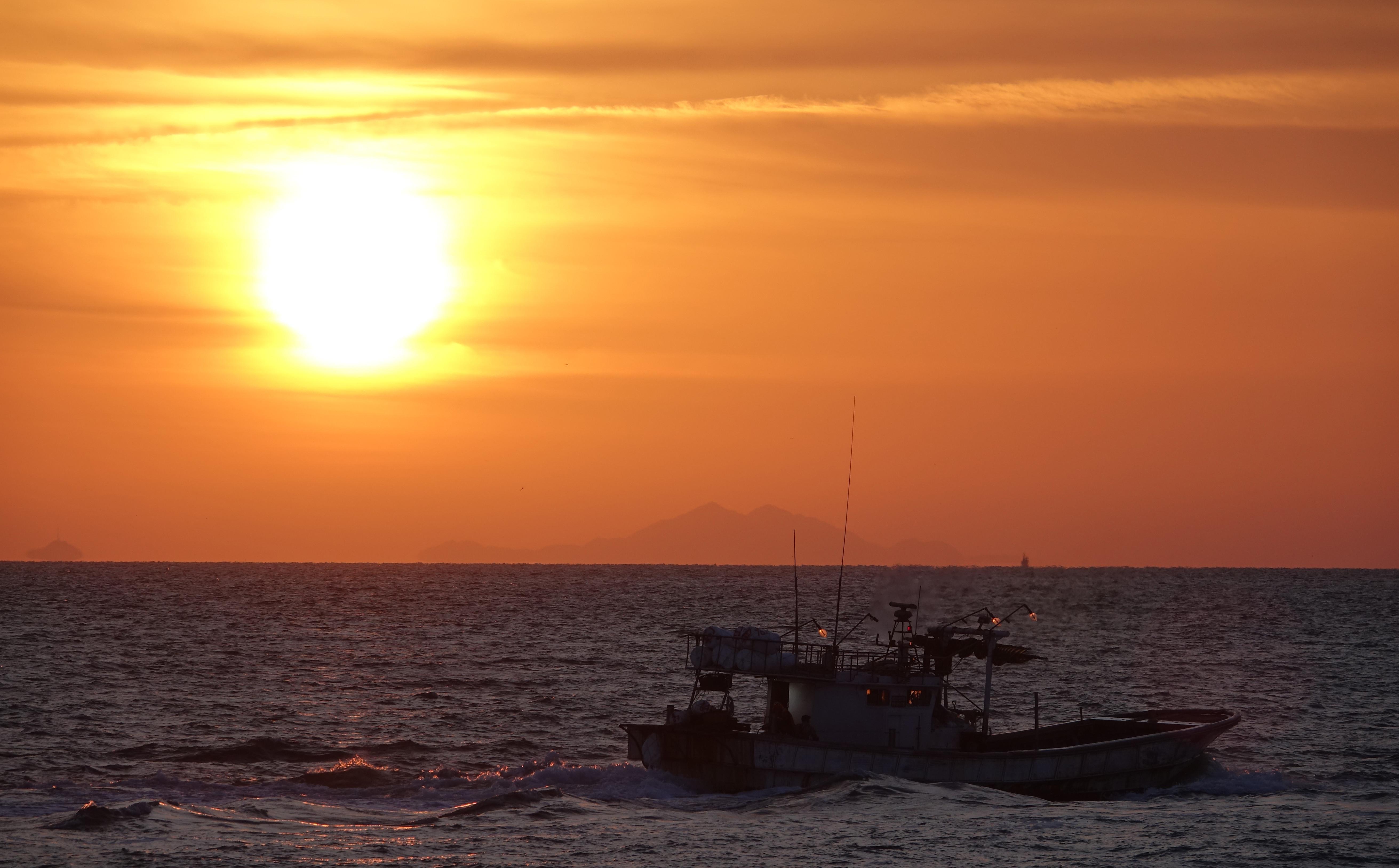 ▲▼仁川海警、海軍27日晚間仍徹夜展開搜尋作業。(圖/達志影像)