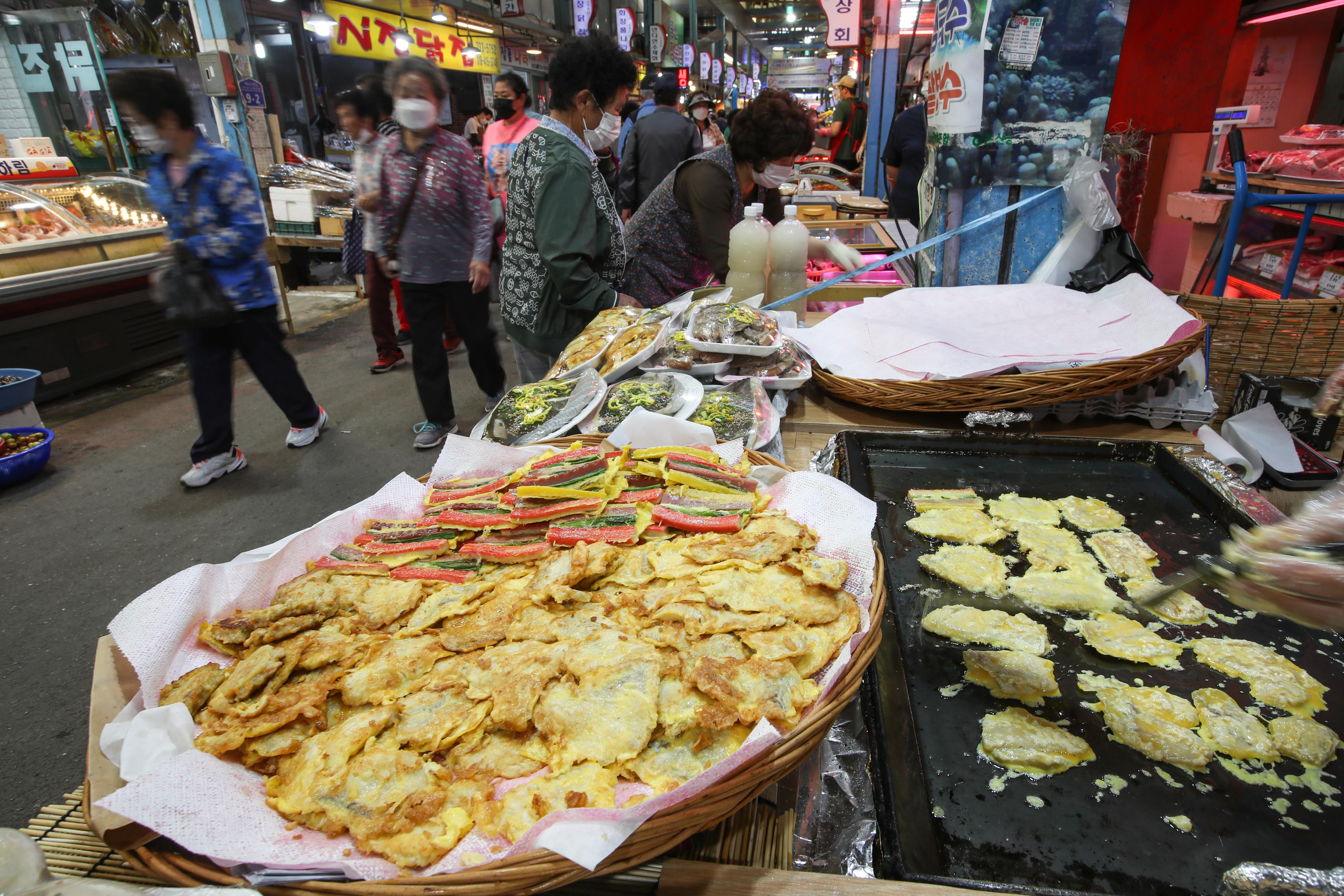 ▲▼南韓中秋連假即將來臨,傳統市場開始湧現人潮採買乾貨。(圖/達志影像)