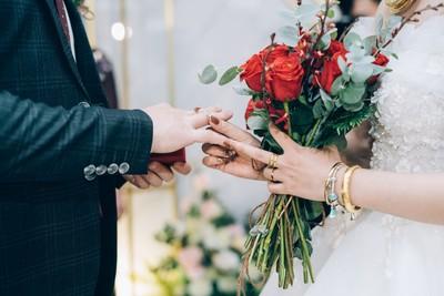 帶女友參加婚禮包3千2! 吃飯時發現「1事」秒尷尬:沒臉見人
