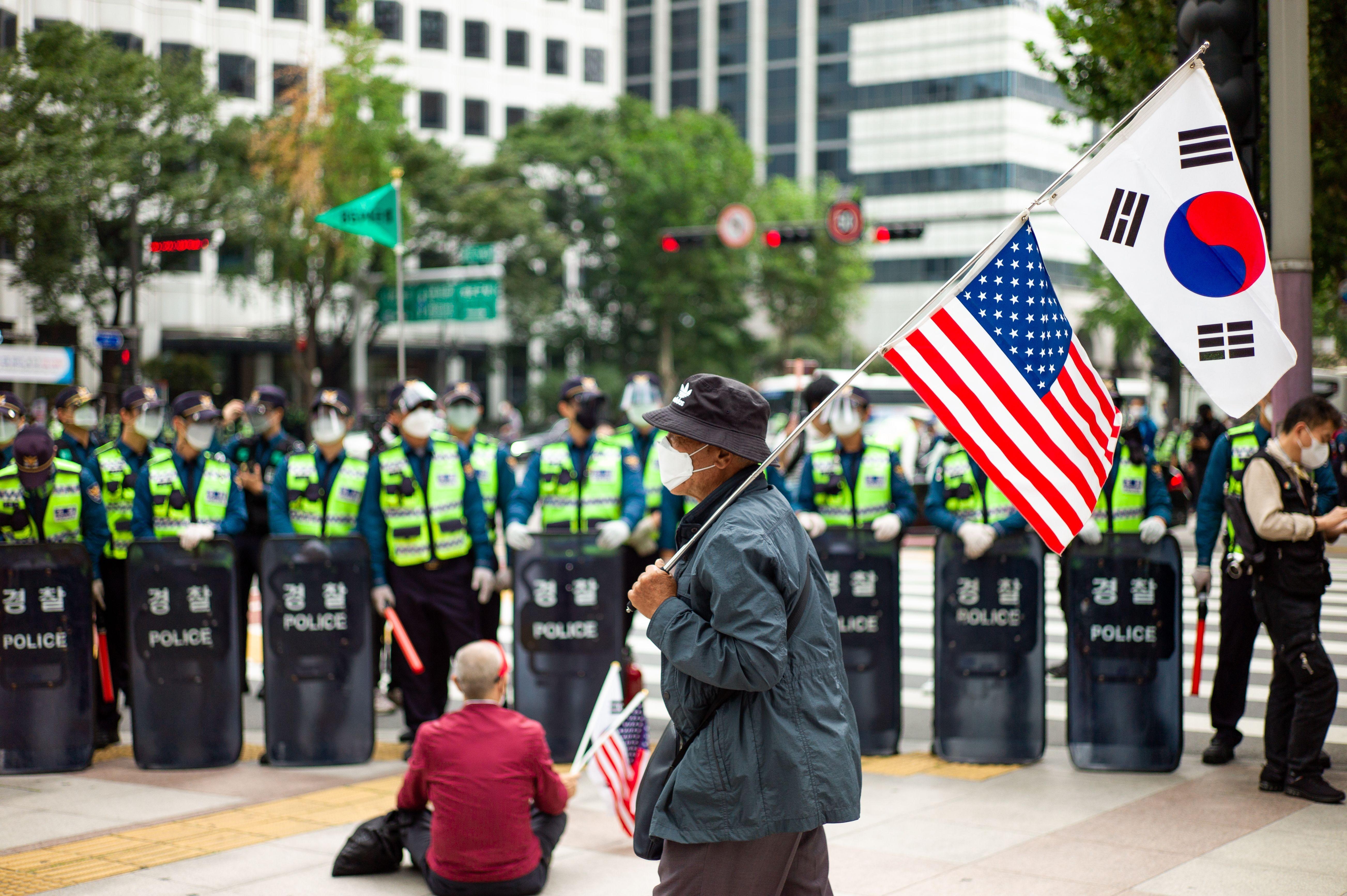 ▲▼儘管南韓政府禁止開天節集會,仍有保守派支持群眾聚集至首爾市中心。(圖/達志影像)