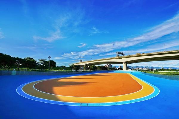 新莊河濱公園新景點!逾1千坪「彩虹直排輪場」10/8對外開放