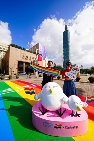 ▲▼彩虹觀光巴士、雞本人權公仔彩虹地景。(圖/臺北市政府提供)