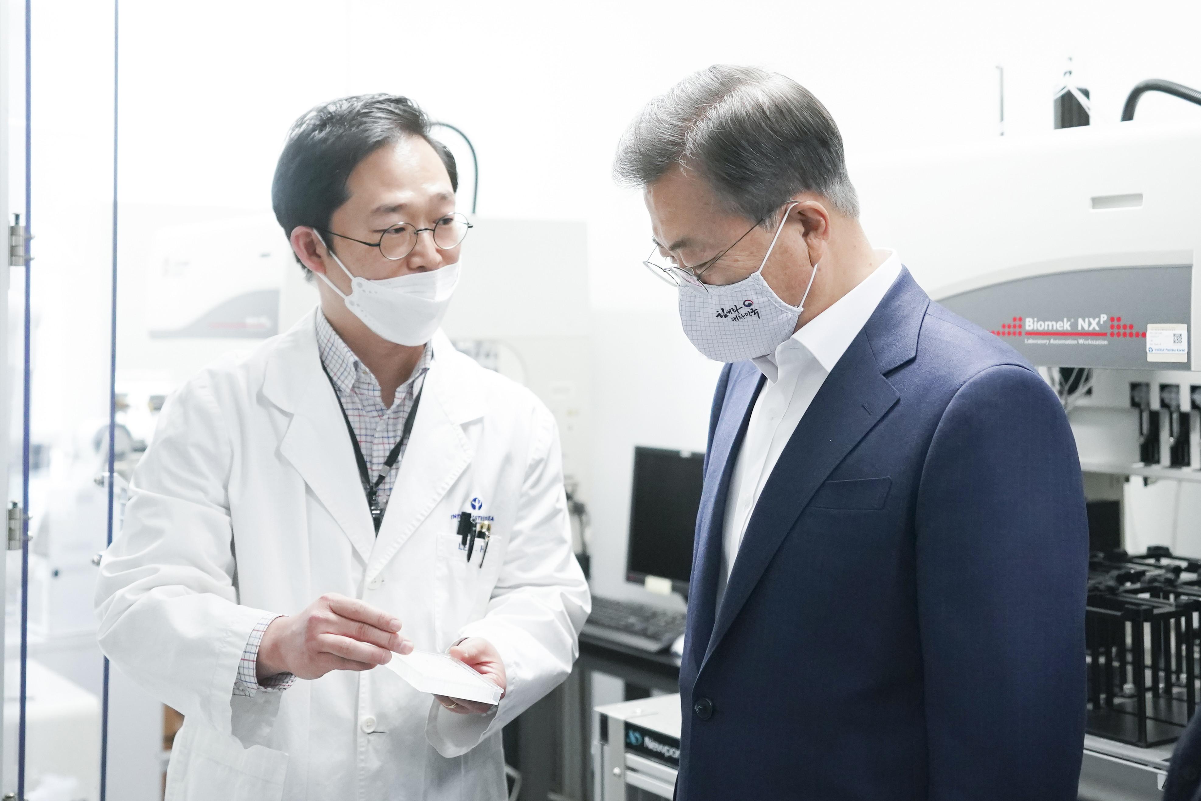 ▲▼文在寅先前也曾於4月前往京畿道城南市視察新冠疫苗研發。(圖/達志影像)