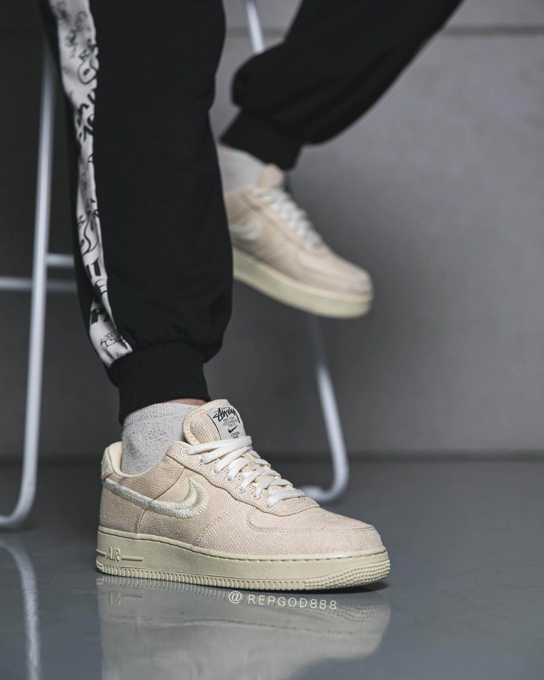 ▲▼Stüssy X NIKE AIR FORCE 1:FOSSIL STONE。(圖/翻攝自IG@repgod888)