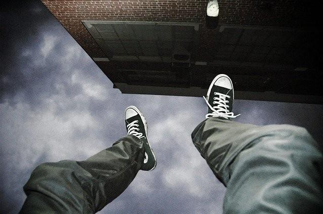 ▲▼男子持刀脅持女童被鄰居發現,從15樓縱身一躍。(示意圖/取自Pixabay)