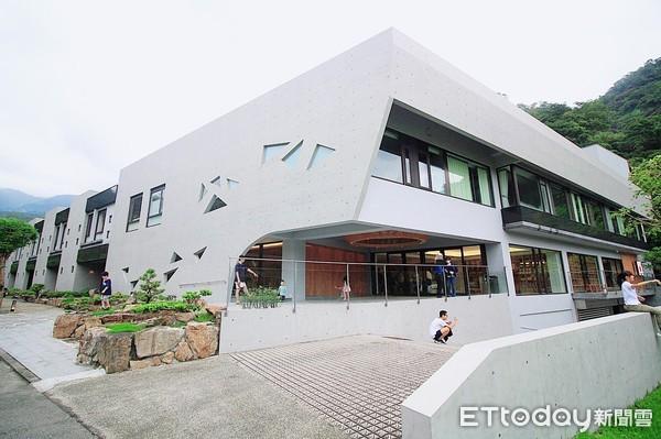 礁溪最新清水模溫泉飯店 24hr免費零食飲料吧、澎湃龍蝦海鮮粥當早餐  