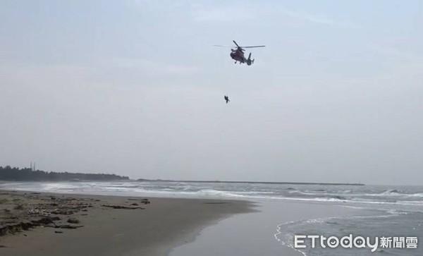 10級風激猛浪!台南膠筏翻覆海上浮沈1小時 海空兩路救援搶命
