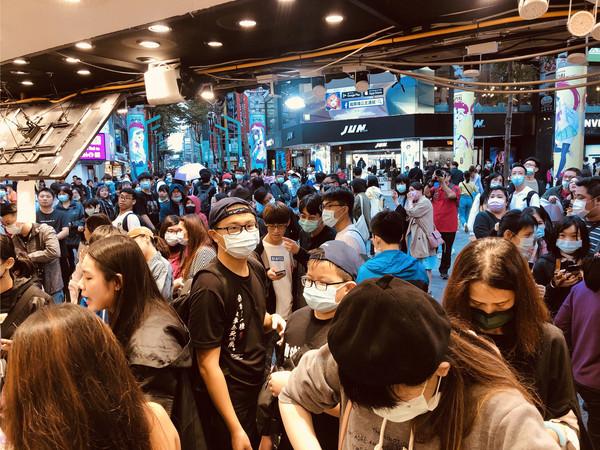 綜藝天王無預警「現身西門町飲料店」! 現場人潮擠到炸開