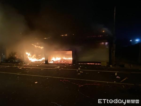 屏東廟會失火!3間鐵皮屋全面燃燒 警消到場破門