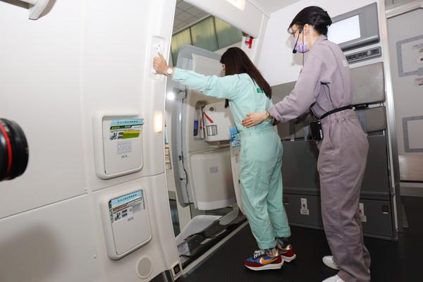 穿上訓練服登機解密客艙服務、逃生SOP 長榮航空首辦空服體驗營