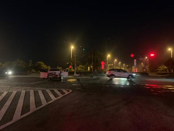 快訊/高雄國道10號末加油站前凌晨車禍 2車相撞6人傷