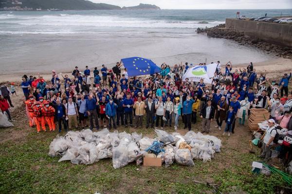 環保署、歐洲經貿辦事處攜手200人淨灘 清出404公斤垃圾 | ETto