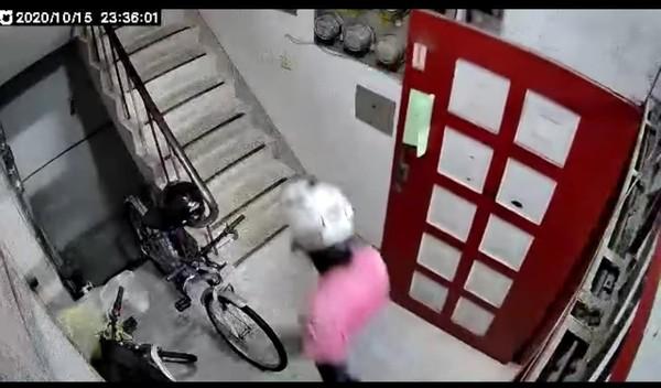 熊貓外送員助跑一腳踹爆門!住戶聽見「碰」嚇壞 看監視器傻眼