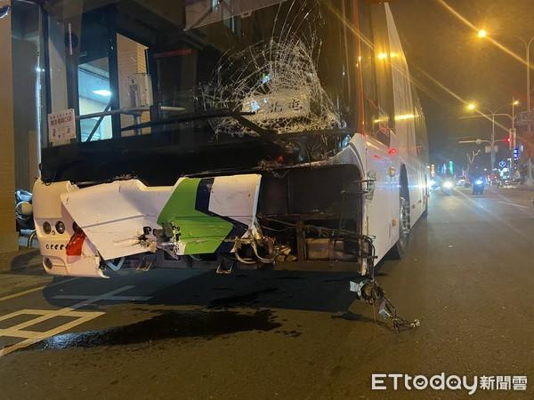 客運暴衝連撞8車!司機認「救無辜路人」自撞分隔島…人找到了